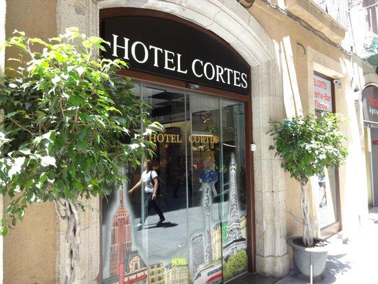 Hotel Cortes: вход в отель