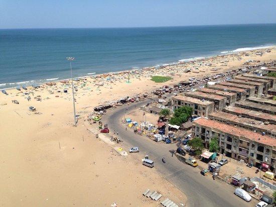Marina Beach: Vista da Praia, lá de cima do farol Os predinhos dos pescadores estão caindo aos pedaços e a su