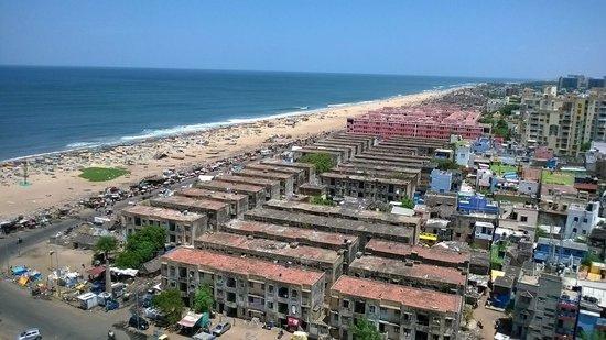 Marina Beach: Vista do farol mostra a degradação da região da praia. Muito lixo e sujeira espalhada.