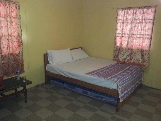 Salang Indah Resort: Double bed in room