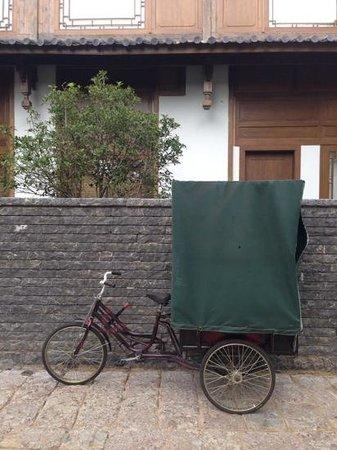 Hotel Indigo Lijiang Ancient Town: cute housekeeping vehicles