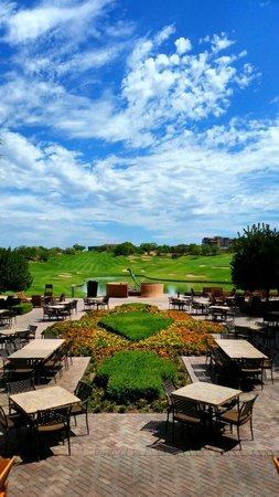 The Westin Kierland Resort & Spa: View of the golf course from the lobby. I think this part is called the Dreamweaver's Canyon
