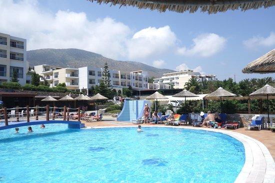 Mediterraneo Hotel: Basen z widokiem na czesc kompleksu hotelowego