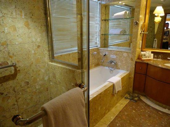 Crowne Plaza Qingdao: Номер Suite