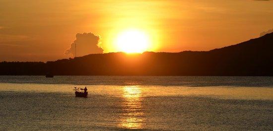 Pandanus Resort: Рассвет на пляже