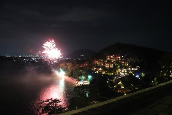The Westin Siray Bay Resort & Spa Phuket : Lucky us to enjoy fireworks from one on the functions at the beach
