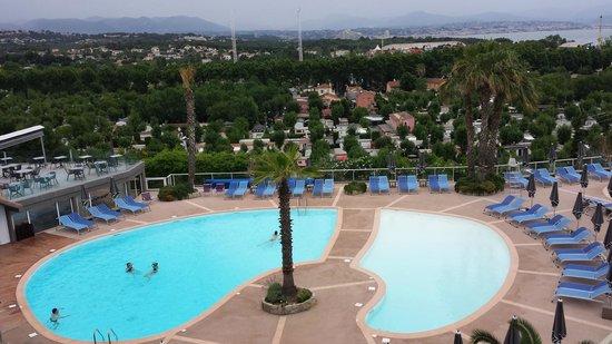 Hotel Baie des Anges : Piscines extérieures depuis la terrasse de la chambre