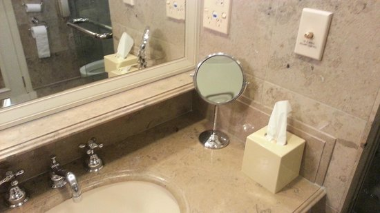 The Langham, Melbourne: shaving -make up mirror -cheap not luxury fitted one with light