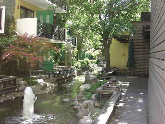 Beijing Jianguo Hotel: Jardin interno donde dan los cuartos con terraza individual