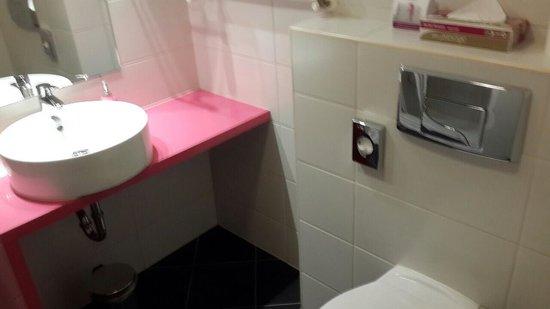 Cosmo City Hotel: небольшая, но чистая ванная комната