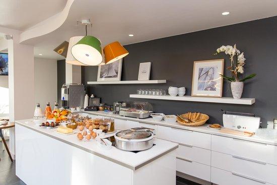 Buffet petit-déjeuner généreux et convivial - Picture of Hotel Les ...