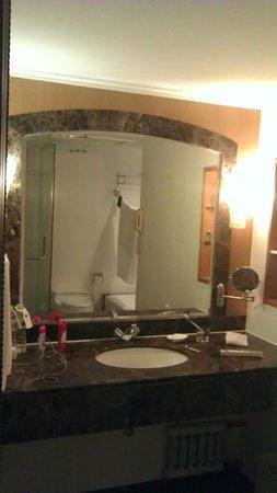 New Gloria Hotel: Туалетный столик в ванной