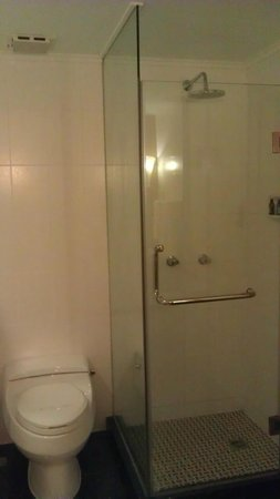 New Gloria Hotel: Туалет и душевая