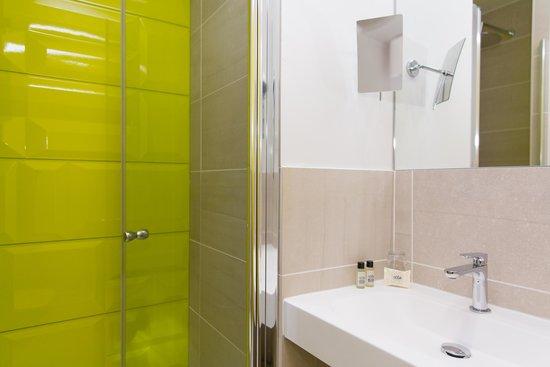 Salle de Bain - Picture of Hotel Les Voiles, Toulon - TripAdvisor