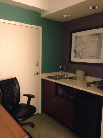 SpringHill Suites Chicago Lincolnshire : Kitchen area with office area