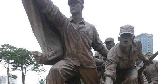 Monumento de Guerra de Corea: Statues in the front of the building.