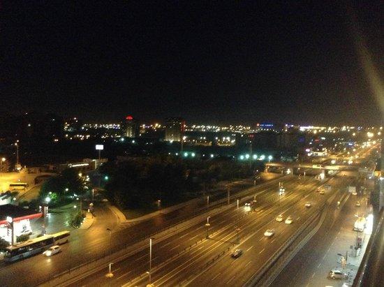 Adela Hotel: вид ночью
