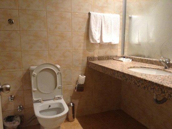 Adela Hotel: ванная