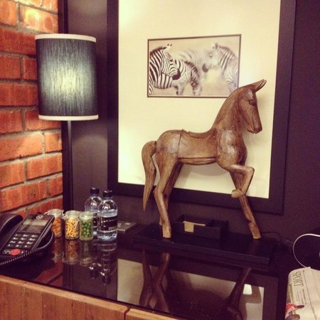M Boutique Hotel, Ipoh: Desk in room