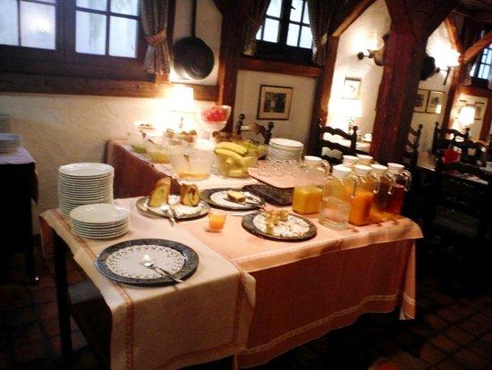 Swiss-Chalet Lodge: Buffet petit déjeuner au Swiss-Chalet