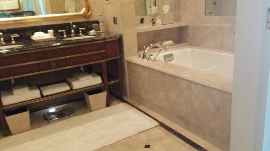 The Leela Palace New Delhi: bathroom