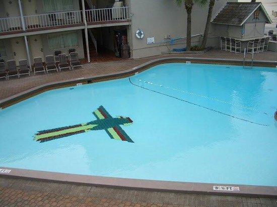Thunderbird Beach Resort: La piscine 1