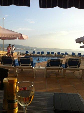 Sol Bahia Ibiza Suites: mooi uitzicht bij het zwembad aan de zee