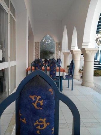 Byzance Hotel: Ma table entre l'entrée du restaurant et de la piscine
