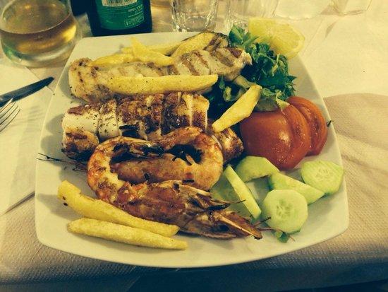 Taverna Vassilis: Spiedini di pesce grigliato con calamari, gamberi e pesce spada
