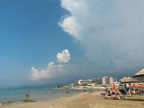 Aktia Lounge Hotel & Spa : Вид на отель с пляжа