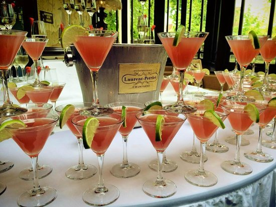 Tullyglass House Hotel: Arrival drinks for the wedding guests