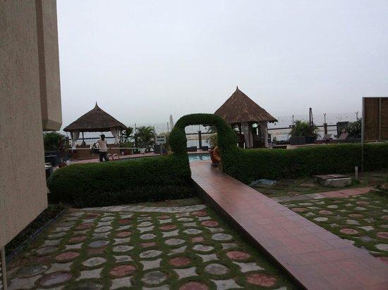 Hotel Bon Voyage: Way to poolside