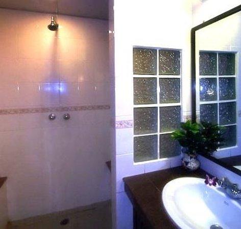 Paradise Inn Phuket: Bathrooms feature Granite counters