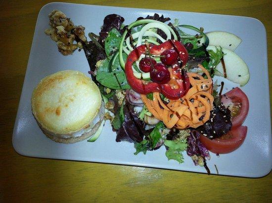 Cafetería Jardín Botánico La Concepción: Goat cheese salad