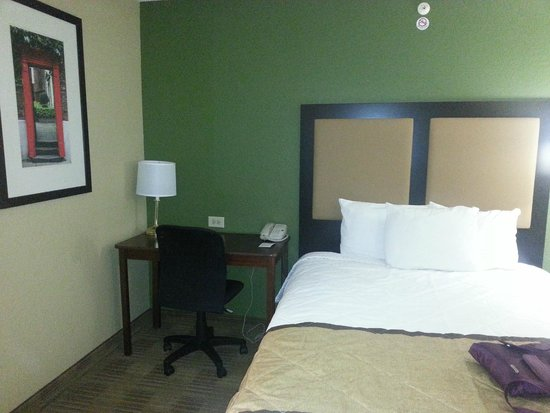 Extended Stay America - Orlando Theme Parks - Major Blvd. : Desk and chair in room
