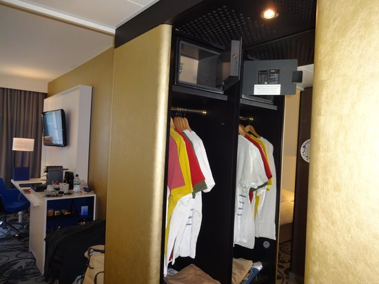 Radisson Blu Hotel, Amsterdam: Small closet (don't be fooled by the mirror)