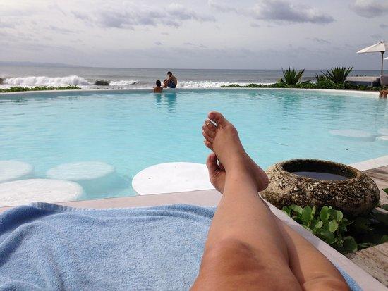 Komune Resort, Keramas Beach Bali : By the pool watching Paul surf