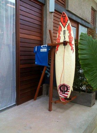 Komune Resort, Keramas Beach Bali : Board racks outside every room