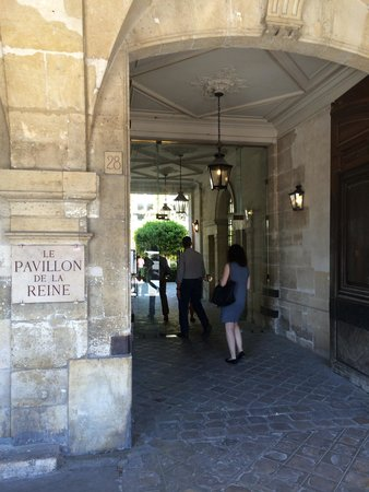 Le Pavillon de la Reine : Entry to the hotel from Place des Vosges