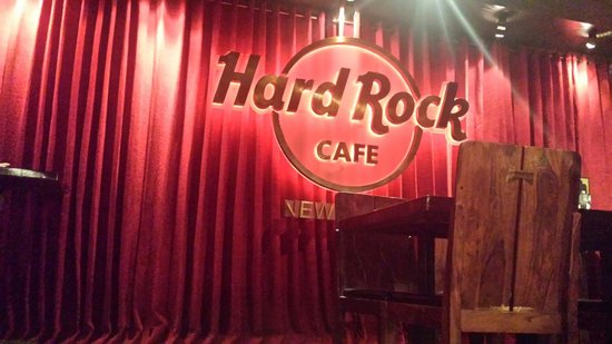 Hard Rock Cafe: Dining on stage