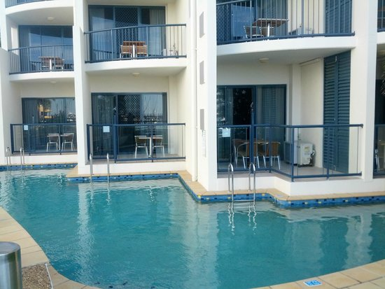 Mantra Hervey Bay : pool access rooms