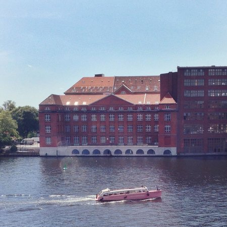 nhow Berlin: Pink boat on the Spree :D