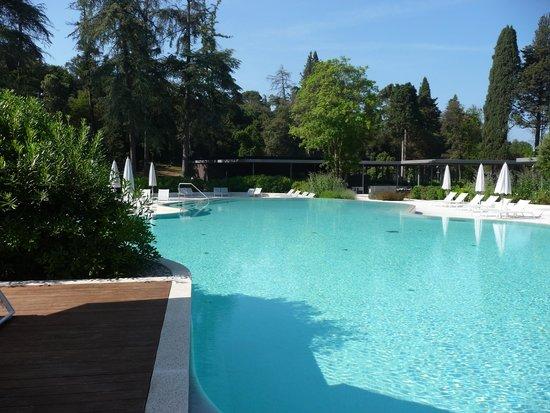 Hotel Eden: Pool with Oleander Restaurant