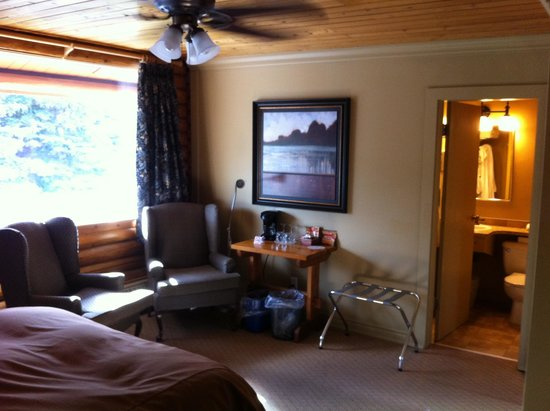 Overlander Mountain Lodge: noisy room