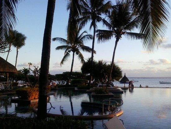 La Pirogue Resort & Spa: piscina al tramonto