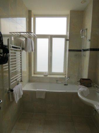Hotel Kvarner Palace: Schönes, neues, sauberes Badezimmer mit viel Platz