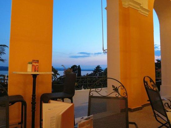 Hotel Kvarner Palace: Terrasse vor der Lobby mit Aussicht