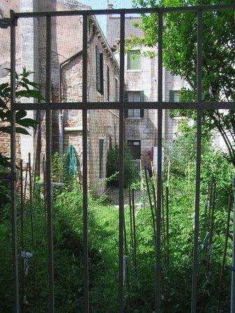 Il Giardino di Giulia : Le jardin derrière l'église