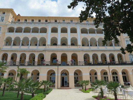 Hotel Kvarner Palace: Blick von unten auf das Hauptgebäude
