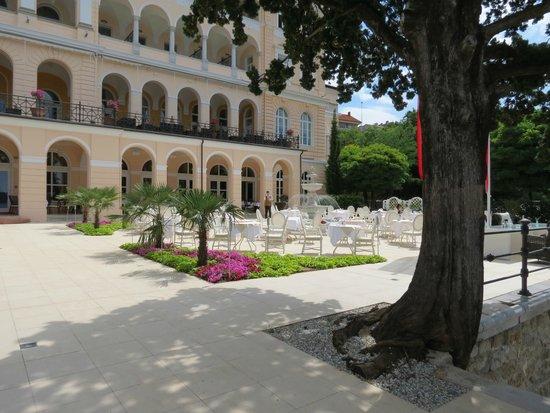 Hotel Kvarner Palace: Der Außengereicht des Restaurants